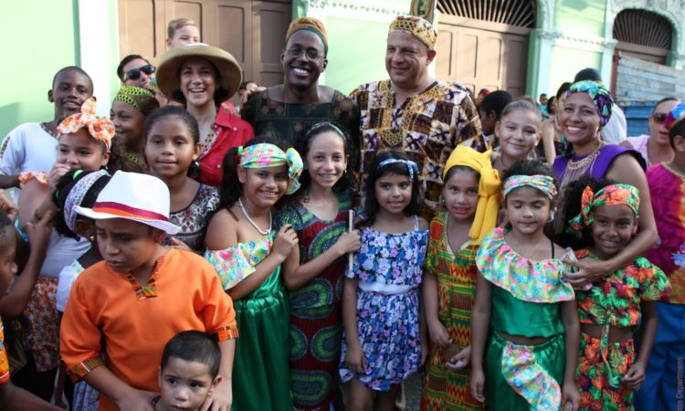 President Solis and Ambassador Haney with a group of children from Limón (State Department)