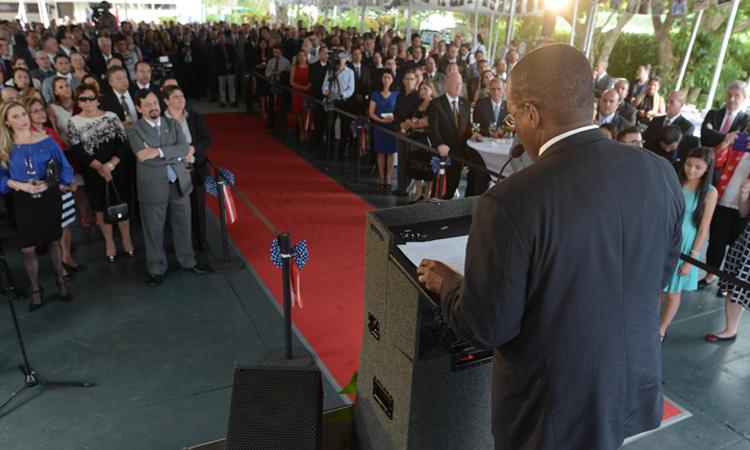 El Embajador S. Fitzgerald Haney da su discurso ante los invitados a la Celebracion del 240 aniversario de la Independencia de Estados Unidos