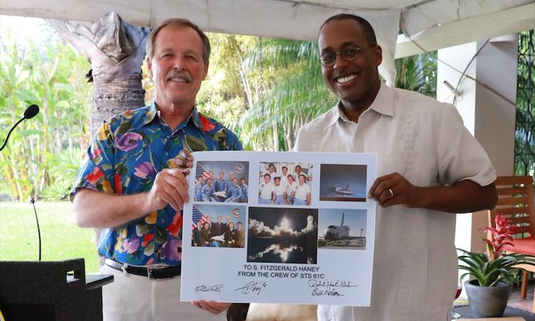 El embajador S. Fitzgerald Haney dio la bienvenida a Costa Rica a la tripulación que acompañó a Franklin Chang Díaz en su primer viaje al espacio