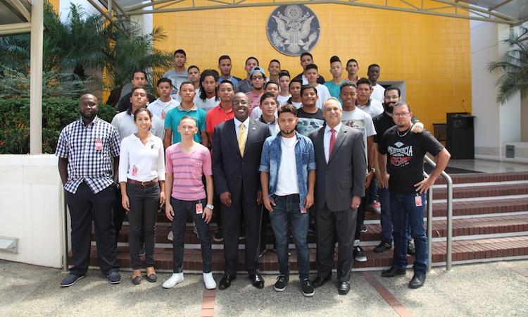 El Embajador S. Fitzgerald Haney con los Jóvenes emprendedores de Limón y Puntarenas