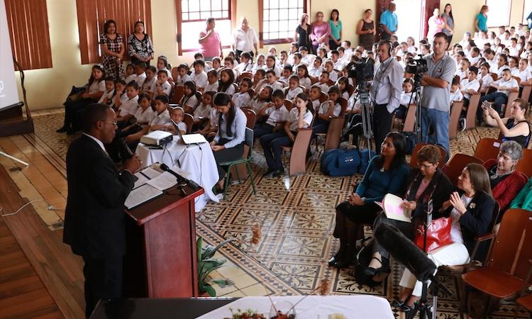 El Embajador S. Fitsgerald Haney da su dircurso sobre los nuevos prgramas de Inglés a los estudiantes de la Escuela Juan Rafael Mora.