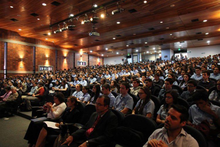 Auditorio con mucha gente , observando la actividad de premiación.