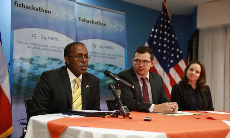 De izquierda a derecha: el Embajador S. Fitsgerald Haney; el Viceministro de Aguas del Ministerio de Ambiente y Energía (MINAE), Fernando Mora y Viviana Gutiérrez de la Fundación MarViva
