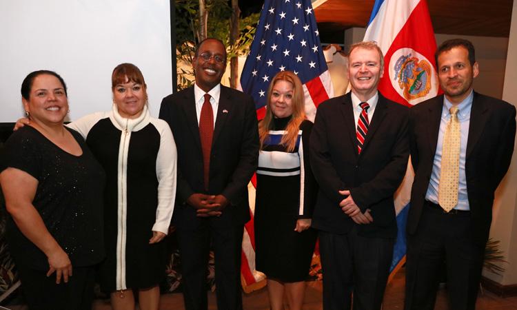 El Embajador S. Fitzgerald Haney es acompañado por miembros de la Asociación Fulbright de Costa Rica.