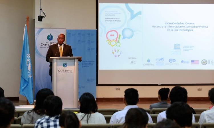 Embajador S. Fitzgerald Haney da su palabras a estudiantes de la Universidad de Costa Rica