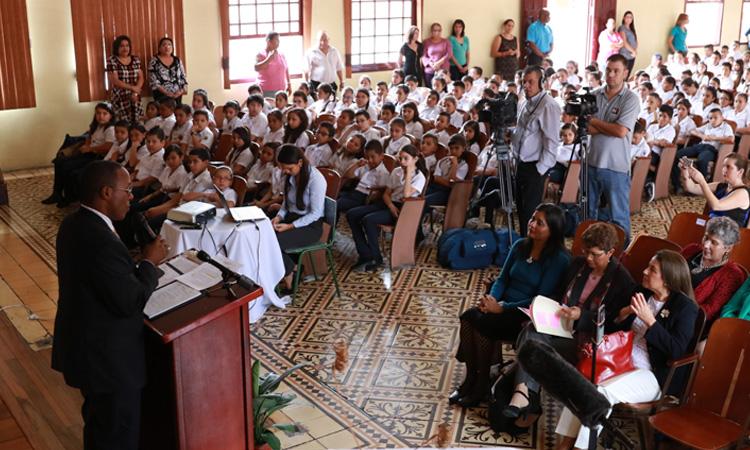 El Embajador Haney da su discurso a los Estudiantes de la Escuela Juan Rafael Mora.