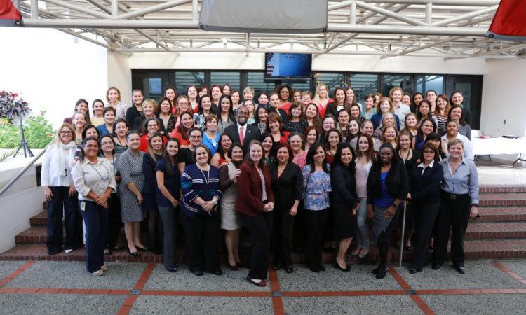 Un grupo grande mujeres con el Embajador Haney